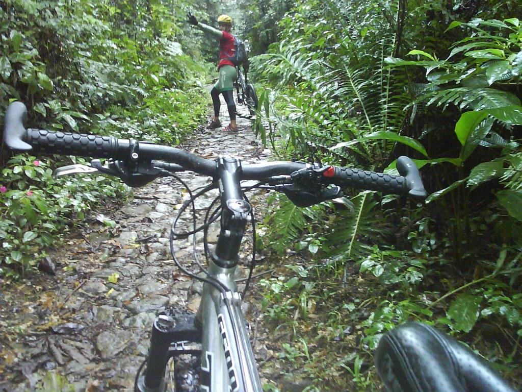 ... ops... é tentar pedalar... e chão!!! molhado na pedra... nao tem MTB que suba!!! srsrsr
